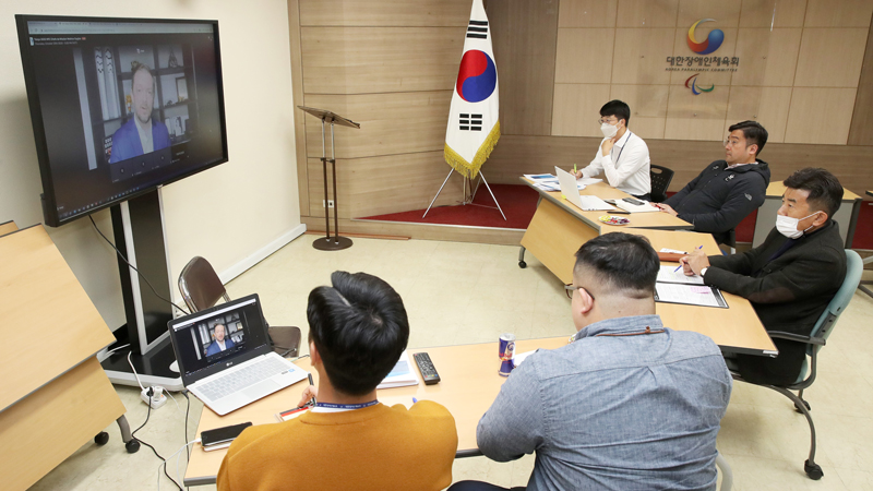 2020 도쿄패럴림픽대회 온라인 선수단장회의 참가하는 모습